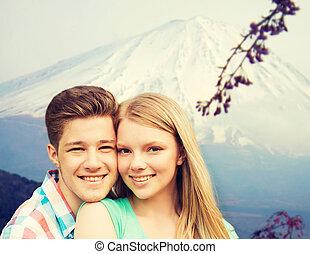 montagnes, sur, étreindre, fond, sourire, couple