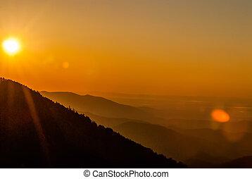 montagnes, vallées, neigeux, printemps, sur, tôt, brouillard, soleil levant, smokies