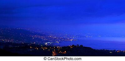 montagnes, ville, soir