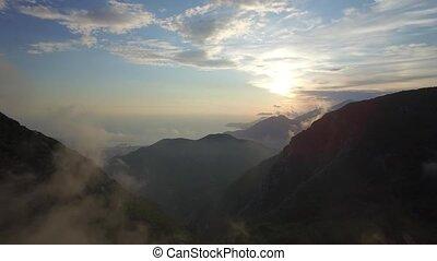 montagnes, vol, coucher soleil