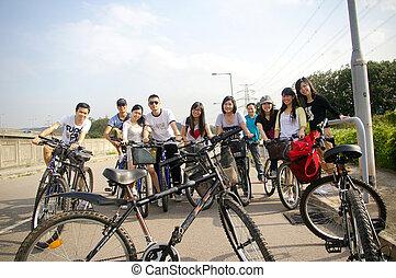 montando, amigos, bicicleta, asiático