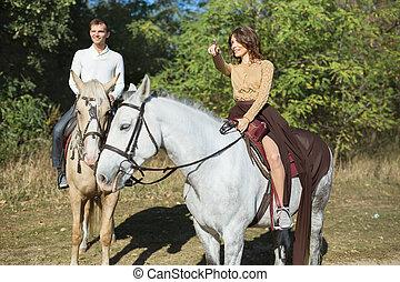 montando, cavalo, amor, par, jovem