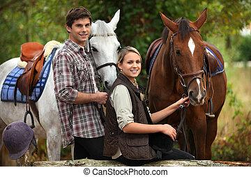 montando, cavalo, jovens