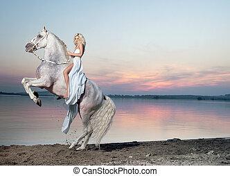 montando, cavalo, mulher, loura, retrato