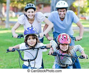 montando, família feliz, bicicleta