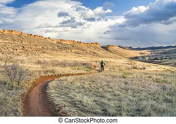 montando, gorda, bicicleta, em, colorado, foothills