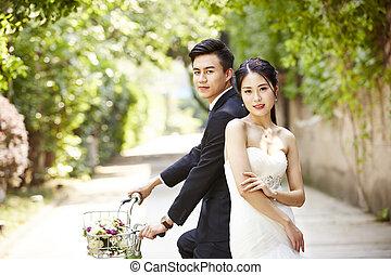 montando, par, bicicleta, asiático, casório