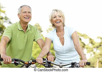 montando, par, bicicletas, maduras