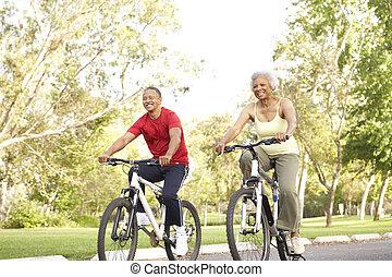 montando, par, bicicletas, parque, sênior