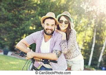 montando, par, bicicletas, romanticos