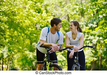 montando, par, feliz, bicicleta, ao ar livre