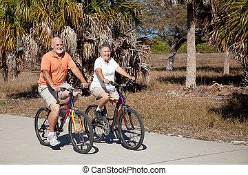 montando, sênior, bicicleta, par