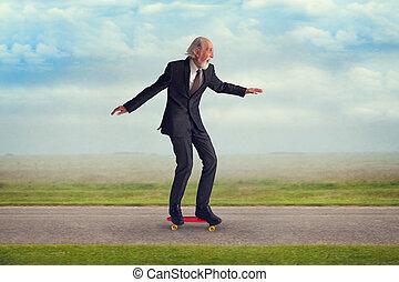 montando, sênior, skateboard, homem