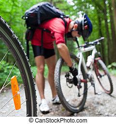 montanha andando bicicleta, em, um, floresta, -, bikers, ligado, um, floresta, biking, rastro, (shallow, dof, foco, ligado, a, bicicleta, roda, em, a, foreground)