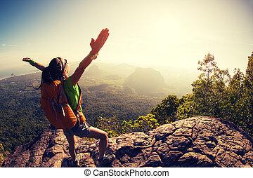 montanha, mulher, hiker, alegrando, pico, amanhecer