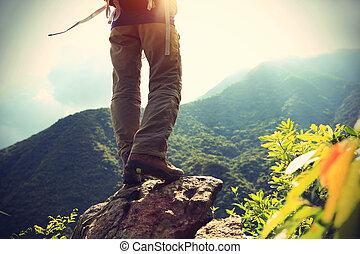 montanha, mulher, hiker, pico, rocha, pernas, amanhecer