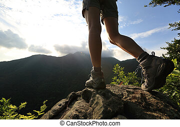 montanha, mulher, jovem, hiker, pico, rocha, pernas, amanhecer