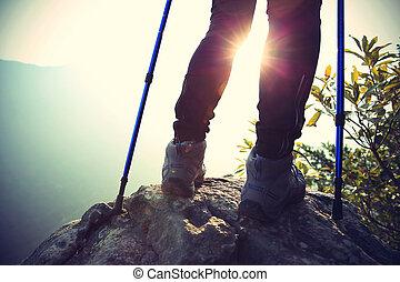 montanha, mulher, jovem, hiker, pico, rocha, pernas