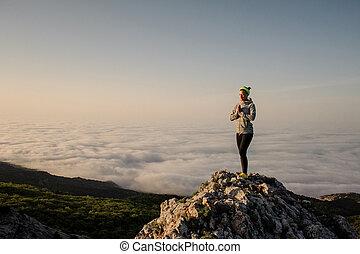 montanha, mulher, nuvens, meditar, jovem, condicão física, peak., do que, amanhecer, alto
