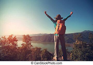 montanha, mulher, sucedido, braços, mochileiro, pico, abertos