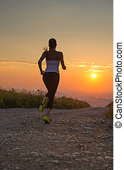 montanha, mulher, verão, executando, pôr do sol, estrada