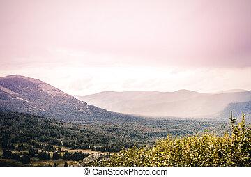 montanha, país, sob, a, pastel, cor-de-rosa, sky., um, romanticos, viagem, para, a, montanhas., a, beleza, de, natureza, alvorada, sobre, a, hills.