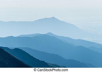 montanha, silueta, em, amanhecer