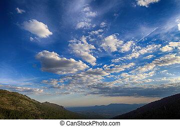 montanha, sobre, vale, nuvens