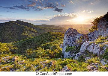 montanha verde, pôr do sol