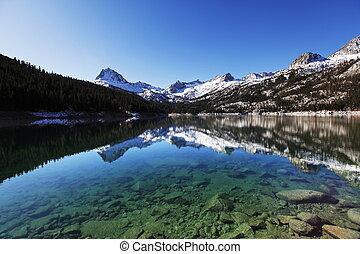 montanhas altas, lago