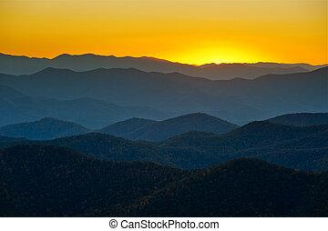 montanhas azuis, cume, camadas, appalachian, pôr do sol, ocidental, cumes, panorâmico, norte, parkway, paisagem, carolina