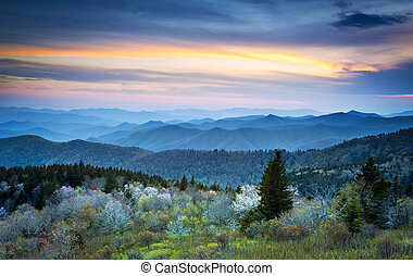 montanhas azuis, cume, maio, panorâmico, esfumaçado, flores,...