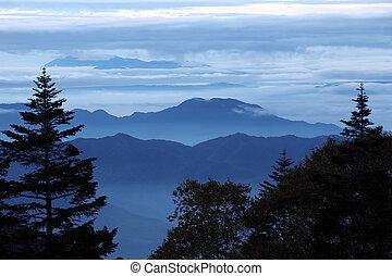 montanhas azuis, cume, manhã