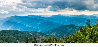 montanhas azuis, floresta, coberto