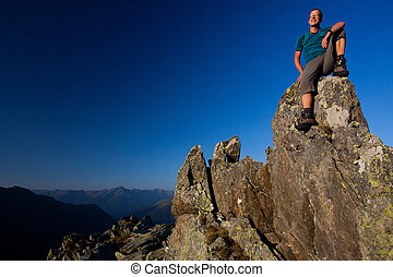 montanhas, desfrutando, jovem, amanhecer, homem