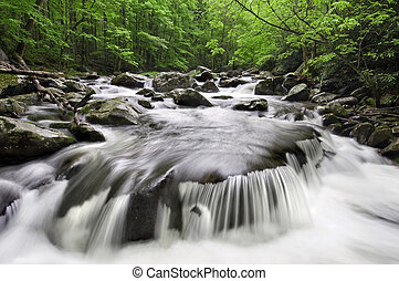 montanhas esfumaçadas, cachoeira