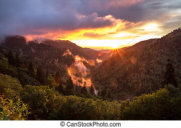 montanhas, grande, pôr do sol, esfumaçado