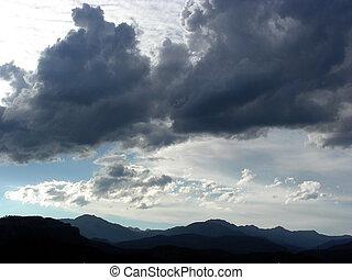 montanhas, nuvens