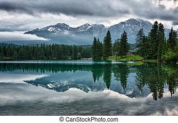 montanhas, rochoso, espelhos, sobre, canadense, manhã, nebuloso, perfectly