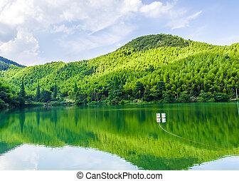 montanhas, sob, a, lago azul