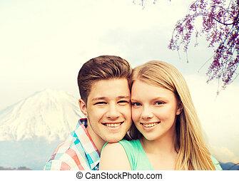 montanhas, sobre, abraçando, fundo, sorrindo, par