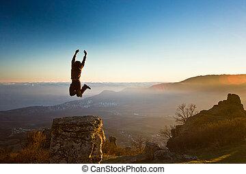 montanhas, sol cima, contra, mãos, homem
