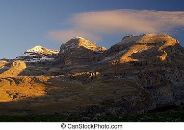 Ordesa - Monte Perdido peak (3355m.),Sum de Ramond peak...