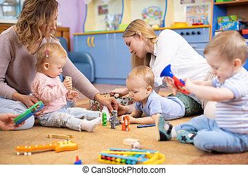 montessori, centro, chão, toddlers, amigos, tocando