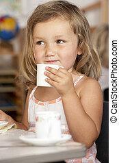 montessori/pre-school, niño, teniendo, joven, té