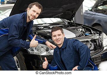 monteurs, staand, auto, jonge, vrolijk, terwijl, fototoestel, auto, voorkant, het glimlachen, mechanics., gesturing, vrolijke