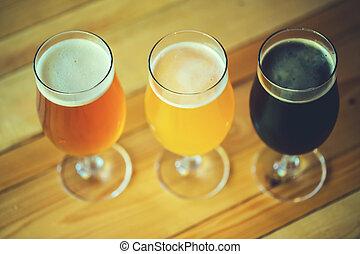 mooi, achtergrond, van, de, oktoberfest., bril, van, koude, fris, witte , licht en dark, bier, op, de, houten, versperren toonbank, in, de, pub., geassorteerd, alcohol, in, een, vlucht, gereed, voor, proeft
