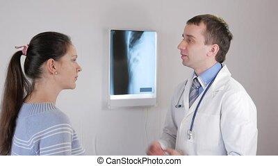 mooi, arts, klesten, met, zijn, patiënt, voor, de, jaarlijks, controle, in, de, hospital.