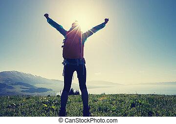 mooi, berg, vrouw, wandelaar, groene heuvel, vrolijke