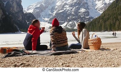 mooi, bergen, eten, bread., mensen zittende, jonge, kust,...